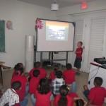 Julian hace una presentación a su clase (segundo grado)