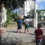 Jugando béisbol con amigos dominicanos en el patio.