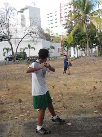 Ian y Sebastian juegan el béisbol de estilo dominicano.